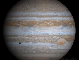НАСА показало снимок гигантского вихря на Юпитере