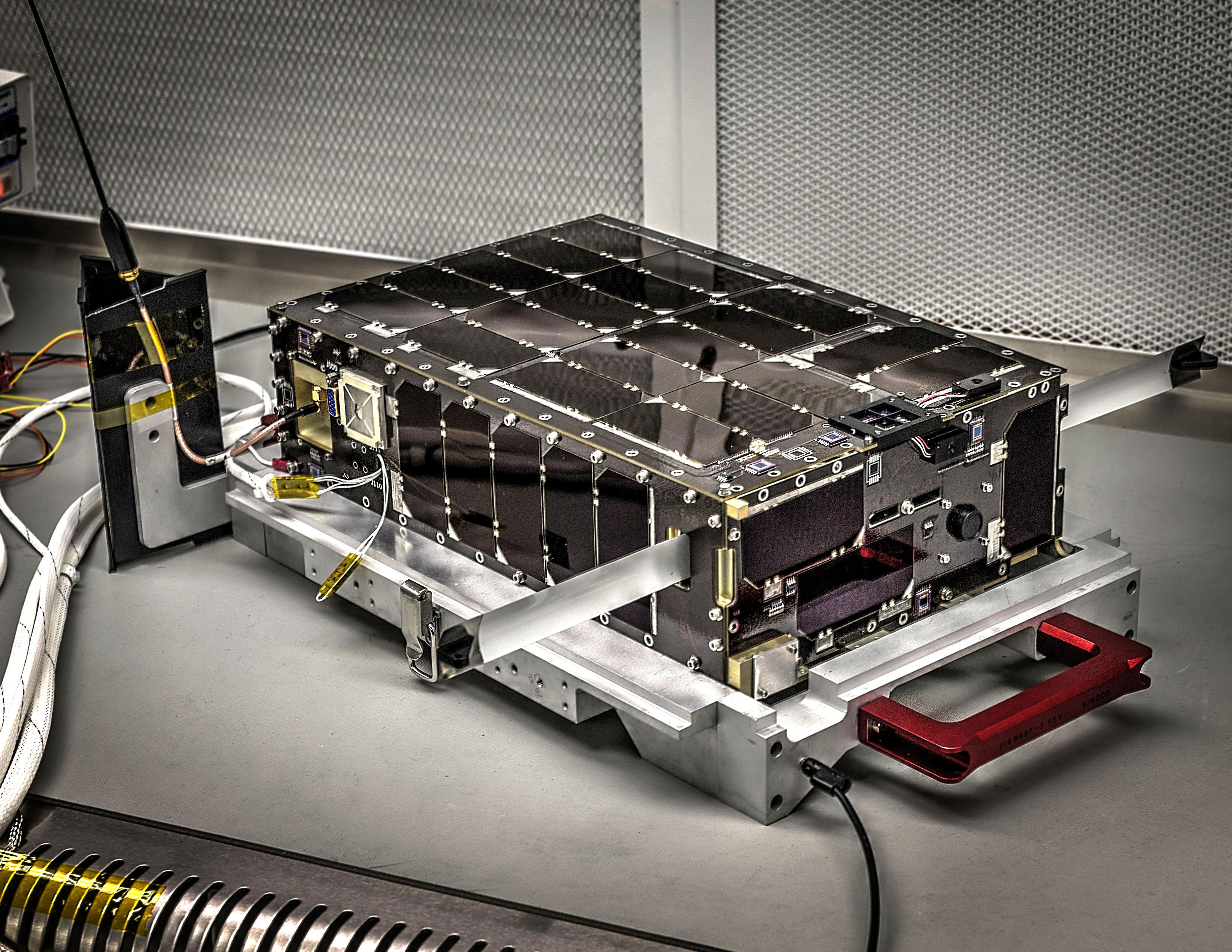 Корпус сателлита «обшит» солнечными батареями. По размеру он немного превосходит коробку с кукурузными хлопьями и имеет блок 6U, объем которого составляет примерно шесть литров.  Credits: NASA's Goddard Space Flight Center/Bill Hrybyk