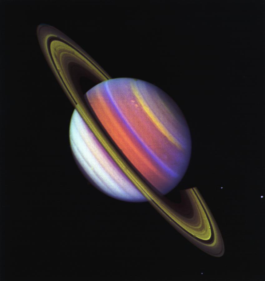 Этот психоделический  фотоснимок Сатурна был сделан  Вояджером 2 в ненатуральном цвете. Показана структура облаков планеты.  Credits: NASA/JPL-Caltech