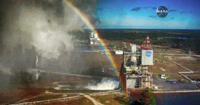 Испытание ракетного двигателя NASA окрасили радугой.