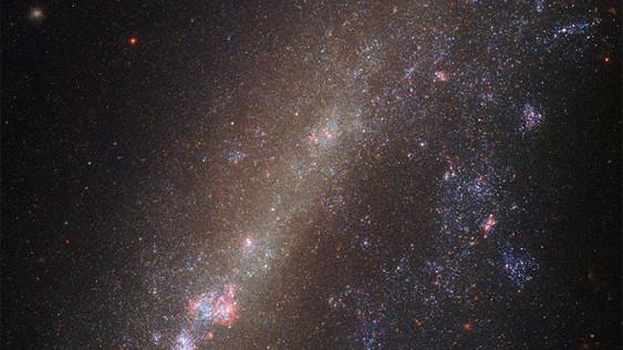 NASA показало «порванную» галактику
