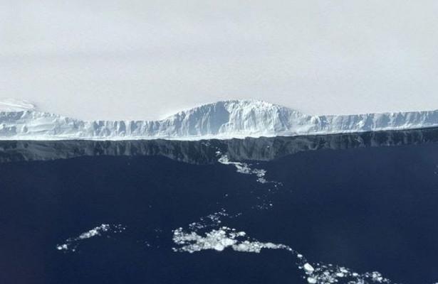 #фото дня  NASA опубликовало фотографии гигантского айсберга, отделившегося отАнтарктиды
